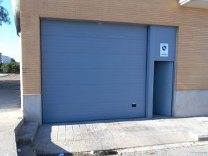 Pintura antioxidantes en Vitoria aplicada en puerta de garaje.